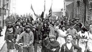 Manifestation patriotique à Vincennes lors de l'Armistice du 11 novembre 1918 avant le retour