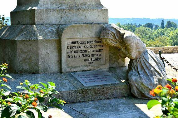 Le retour et monument aux morts réalisé par le sculpteur Ernest Gabard (1879-1957) à Sauveterre de Béarn